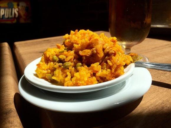 Kryddig Paella från Spanien med skaldjur och saffran